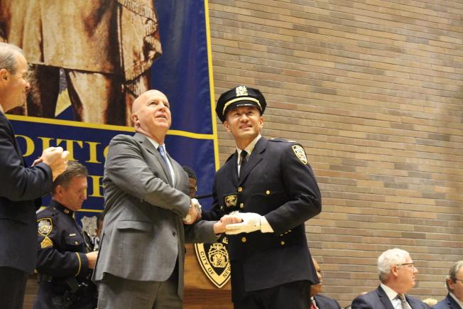 市警總局局長歐尼爾為盧曉士頒發新警銜。(記者張晨/攝影)