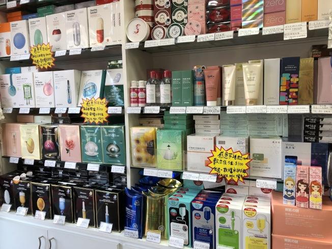 感恩節來臨,華人美妝店推出護膚品促銷。(記者顏潔恩/攝影)