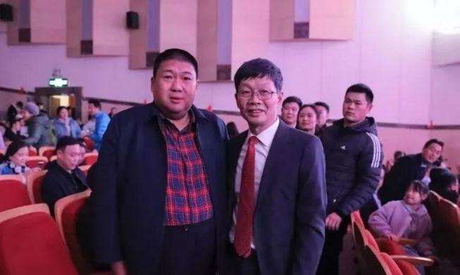 毛新宇(左)將軍和劉海鷹。(取材自北京海鷹脊柱健康公益基金會)