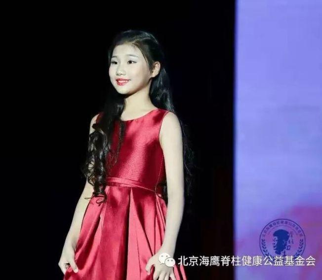 毛澤東唯一曾孫女毛甜懿是鋼琴小才女。(取材自北京海鷹脊柱健康公益基金會)