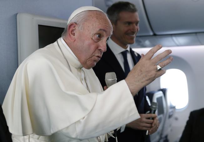 對香港示威,教宗26日在機上受訪表示,示威是普遍的事。(美聯社)