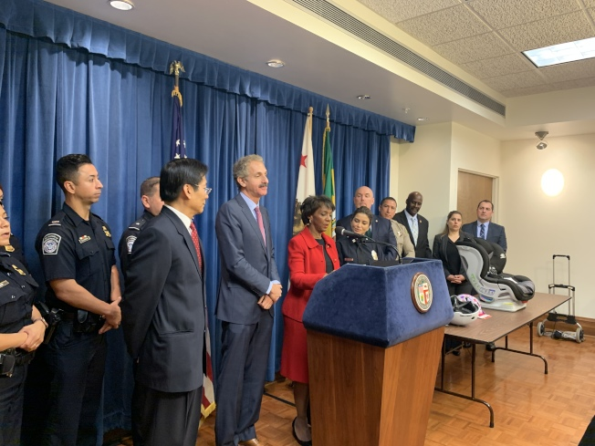 洛杉磯市府大樓舉行發布會告知民衆提防假冒商品等消費者安全問題。(記者王子銘/攝影)