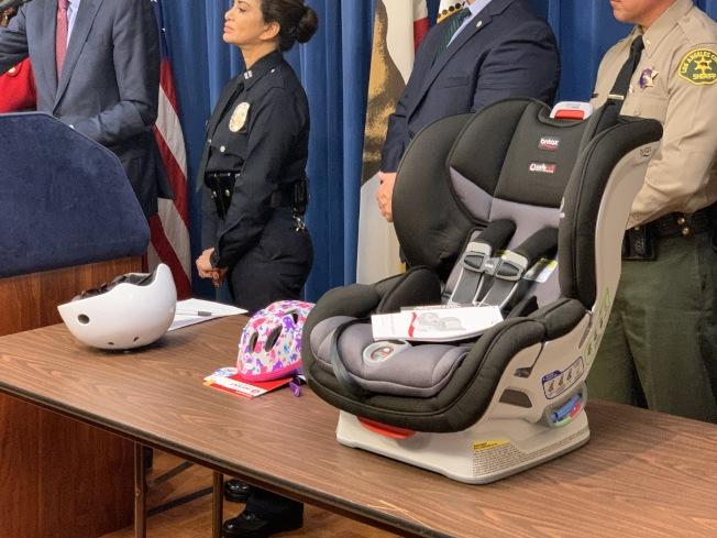 合格兒童汽車座椅和問題頭盔。(記者王子銘/攝影)