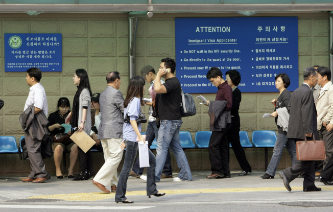 聯邦法官26日判定在境外申請入境簽證時,無須出示健康保險證明。圖為在韓國首爾的美國大使館。(美聯社)