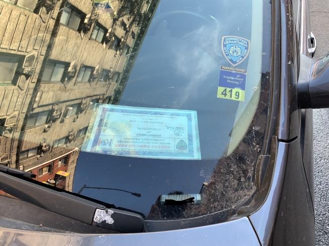 在茂比利街兩側,停滿了擺有特權停車證的公務車輛。(記者和釗宇/攝影)