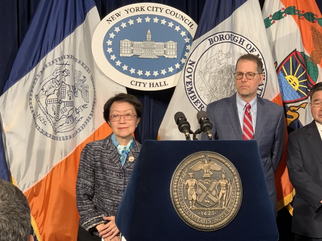 市議員陳倩雯(左)提出的法案規定,多次交通違規或濫用公務停車牌的公務車將被吊銷車牌。(記者和釗宇/攝影)