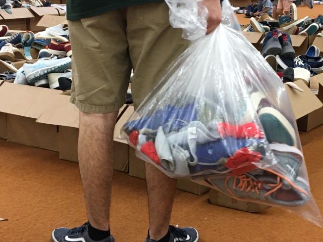 有消費者買了一袋子的鞋子。(記者張宏/攝影)