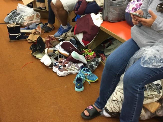 把喜歡的鞋子都聚集一起試穿。(記者張宏/攝影)