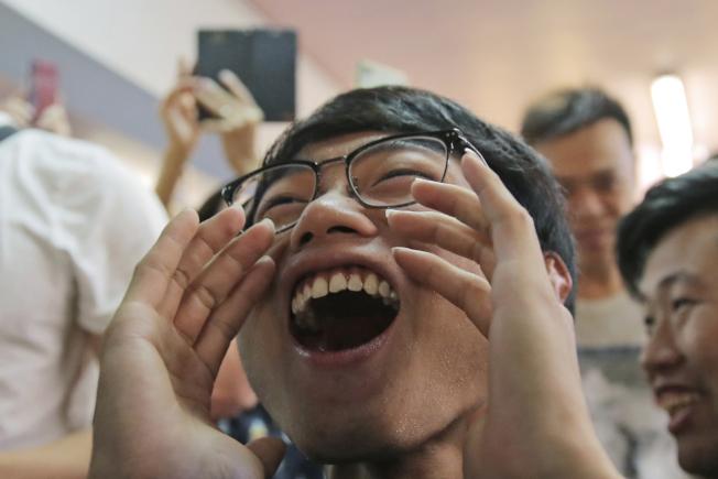 泛民區選獲壓倒性勝利,支持者喜出望外。(美聯社)