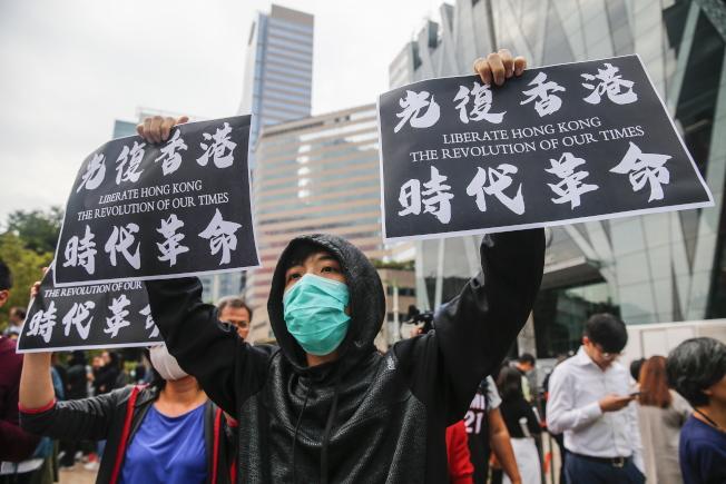 中環及九龍灣26日均有白領示威者發動快閃堵路行動,聲援仍在理大的留守者,同時要求政府回應多月以來民間所提的「五大訴求」。(歐新社)