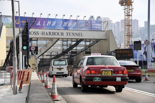 紅隧27日恢復通車後,早上繁忙時段,紅隧銅鑼灣出入口車輛通行順暢。  (中通社)