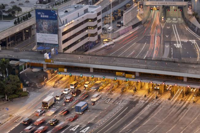 紅隧27日清晨5時重開,所有收費亭已修復,整體運作正常。(美聯社)