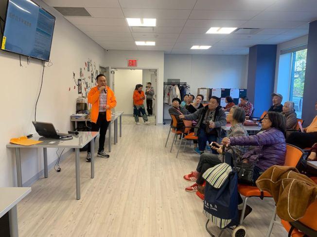 亞平會26日在法拉盛一號辦公室舉辦「公共負擔」講座,說明公共負擔範圍與受影響的人群等主題,許多耆老參與。(記者牟蘭/攝影)
