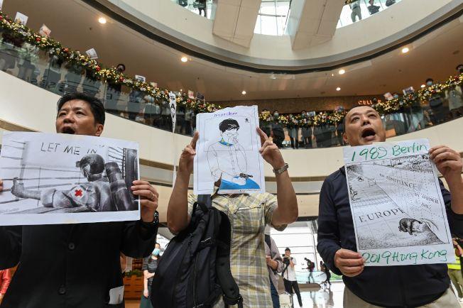 香港區議會選舉,泛民主派雖大勝,但26日香港各地都有反送中支持者繼續抗議,要求解圍理大學生。(美聯社)