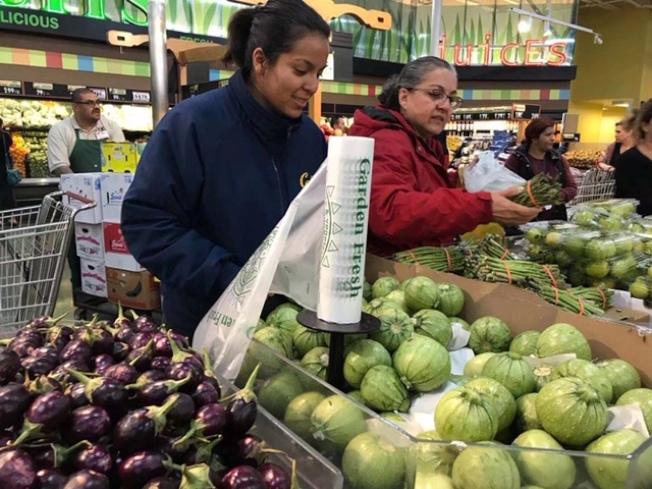 洋超市果蔬低價競爭感恩節日市場。(記者楊青/攝影)