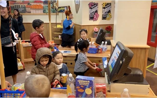 孩子們在超市享受購物樂趣。(記者尚穎/攝影)