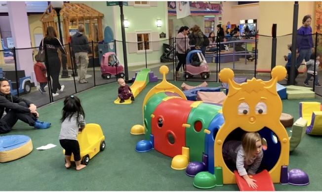 孩子們在玩樂區。(記者尚穎/攝影)