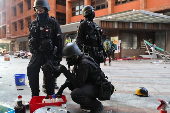 香港警方封鎖理工大學進入第12天,港媒28日報導,警消與各部門組成安全小組,今日一早首度進入理大校區,一方面處理爆炸品和腐蝕性誤體等危險物品,同時進行蒐證。(路透)