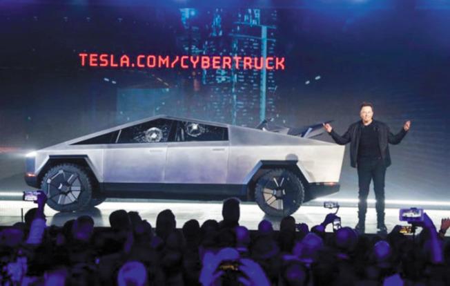 馬斯克6天前才宣布Tesla設計了一款「網路卡車」,新車要兩年後才能上市,馬斯克26日即興奮說預購已達25萬人。(Getty Images)