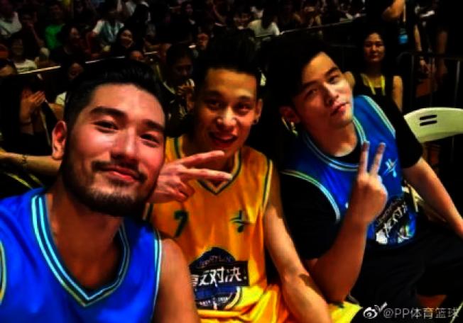 高以翔(左)過去兩年間曾經參加了林書豪(中)發起的慈善籃球賽。取材自微博