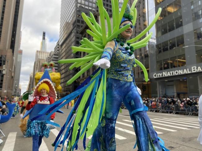 一年一度的紐約梅西感恩節大遊行,強風伴氣球飛。記者鄭怡嫣/攝影