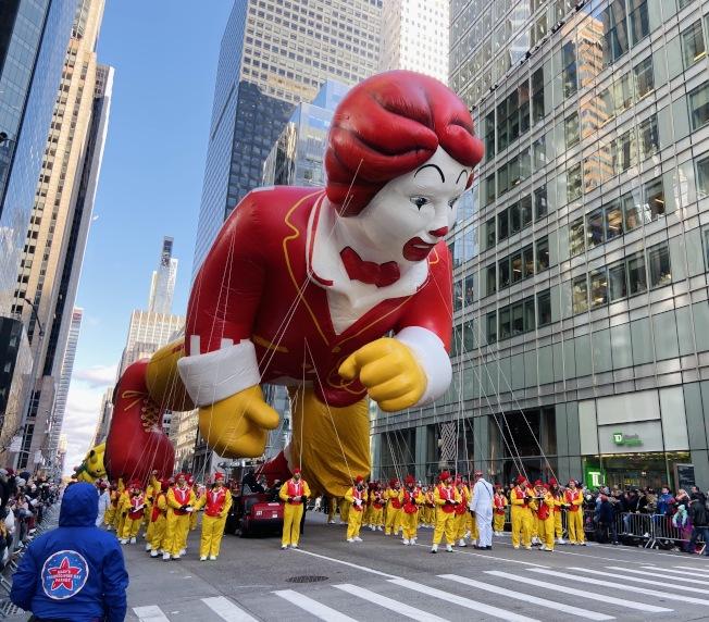 拉著麥當勞叔叔氣球的工作人員也穿著整齊。記者鄭怡嫣/攝影