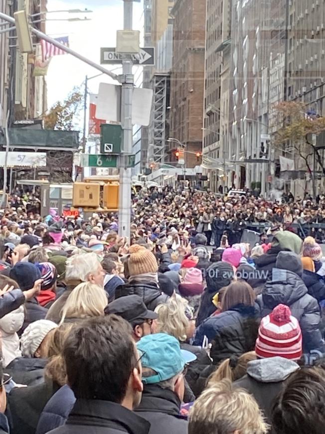 觀看遊行的人潮眾多。記者邵冰如/攝影