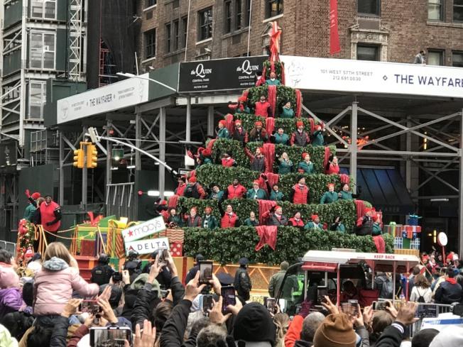 數數看耶誕樹上共有多少人?記者邵冰如/攝影