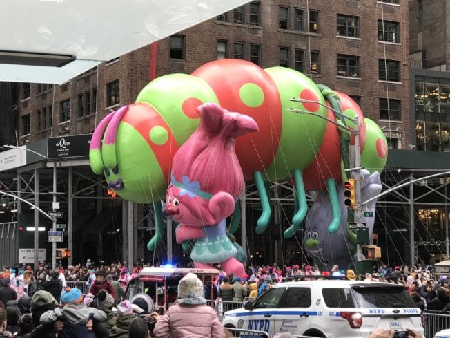今年的氣球飛得好低,讓民眾非常興奮。記者邵冰如/攝影