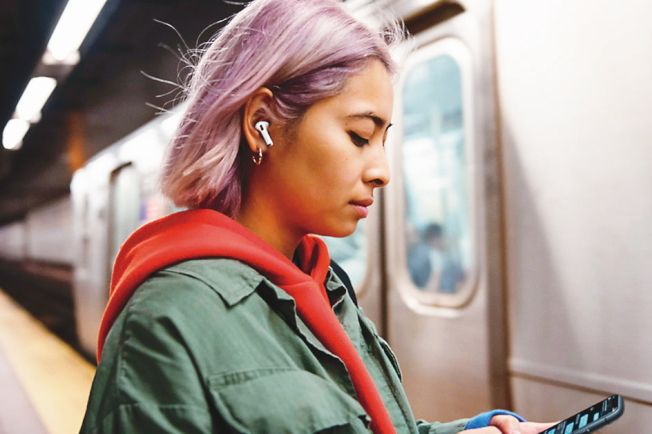 蘋果無線耳機AirPods的需求激增。圖自蘋果官網。