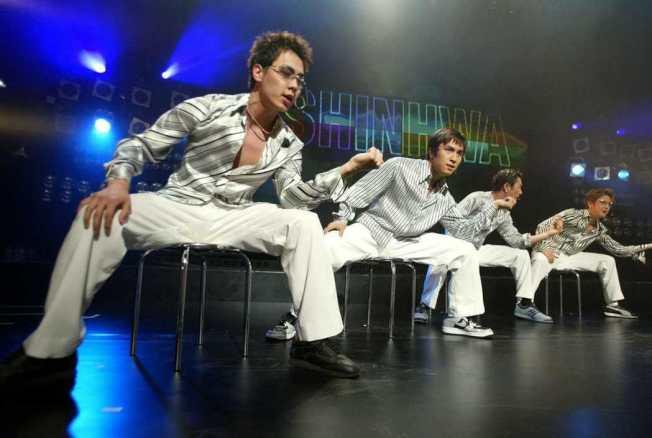 整齊劃一的舞蹈動作是K-pop韓團的特點。(路透)
