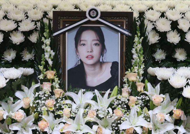 前韓國女團Kara成員具荷拉自殺身亡,圖為她在首爾一間醫院的靈堂。(Getty Images)