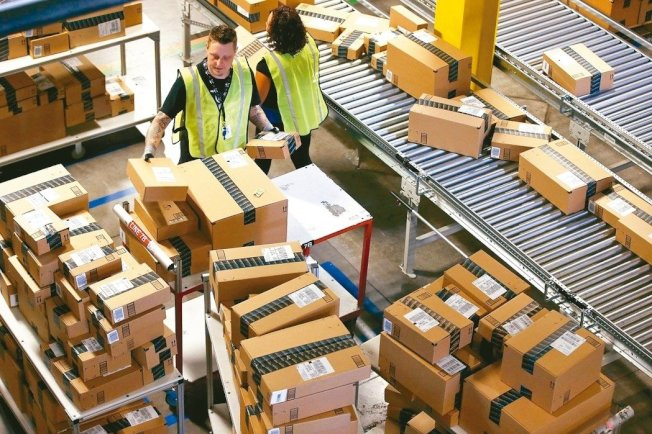 今年假日購物季,快速配送服務成為零售商兵家必爭之地。 美聯社