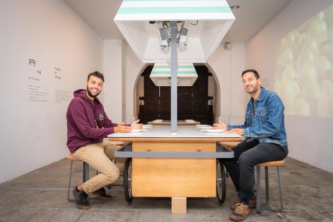 法國超現實主義攝影師哈布奇(Victor Habchy)(左)與法國美食記者萊爾(Ali Lair)(右)來台參加「來去總統府住一晚」體驗活動,稱讚入住的房間寬敞、裝飾雅緻,舒適、愜意,「有家的感覺」。(中央社)