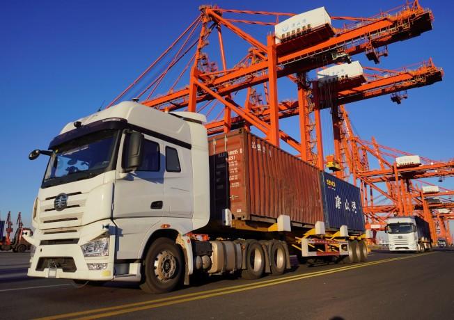 大陸國務院發布關於推進貿易高品質發展的指導意見。圖為唐山港無人駕駛貨櫃車投入試運行。(新華社)