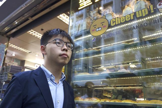 香港眾志秘書長黃之鋒未來會收集意見,建議制裁官員、警員乃至選舉主任的名單。(美聯社資料照片)