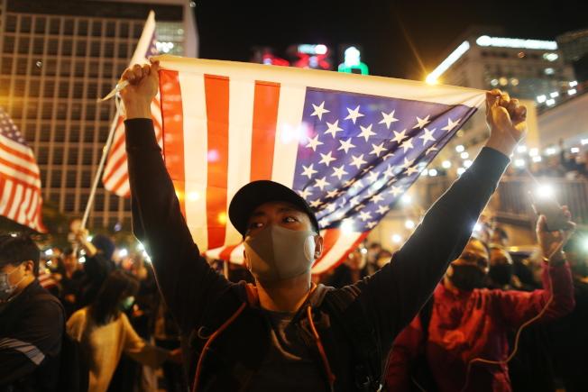 39--大批香港市民28日在中環愛丁堡廣場舉行《香港人權與民主法案》感恩節集會,很多市民在集會揮舞美國國旗,對美國表示感謝。(歐新社)