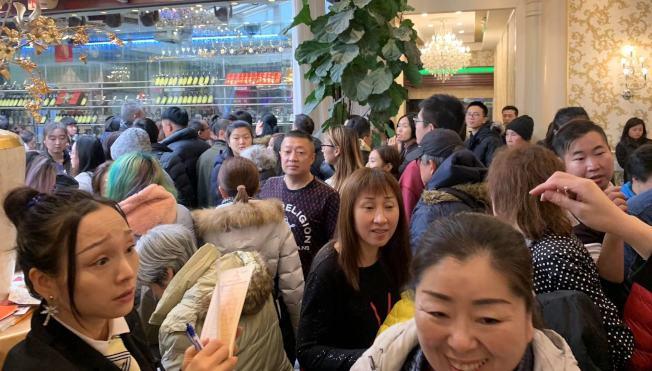法拉盛君豪大酒樓28日上午便有客人大排長龍。(記者牟蘭/攝影)