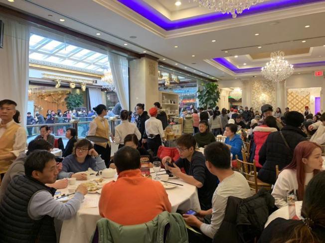 不少外州食客感恩節當日前往法拉盛的中餐廳與家人吃團圓飯。(記者牟蘭/攝影)