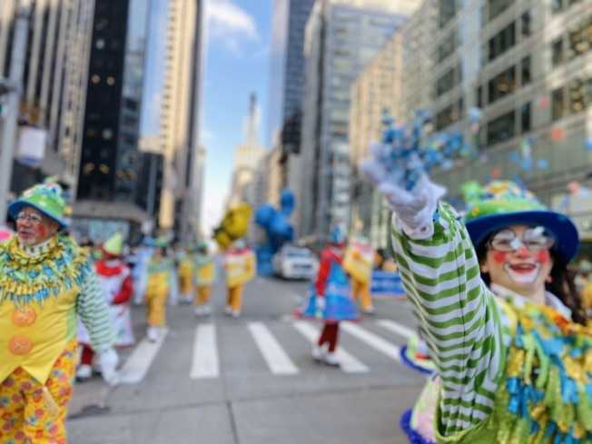 小丑參與感恩節大遊行。(記者鄭怡嫣/攝影)