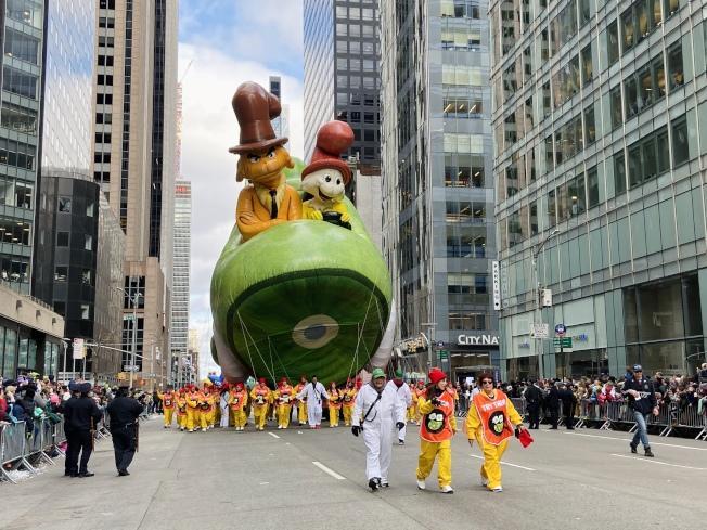 今年加入的巨型氣球新角色綠雞蛋和火腿 (Green Eggs and Ham)。(記者鄭怡嫣/攝影)