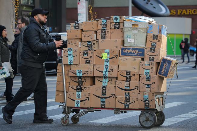 年底佳節購物季開打,各家大型零售商今年都在拼「一天送貨到家」的網購服務,競爭壓力極大。(路透)