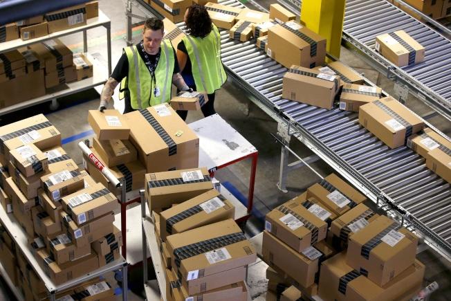 網售大公司亞馬遜雇用大批人力,拚一天送貨到府的加值服務。(美聯社)
