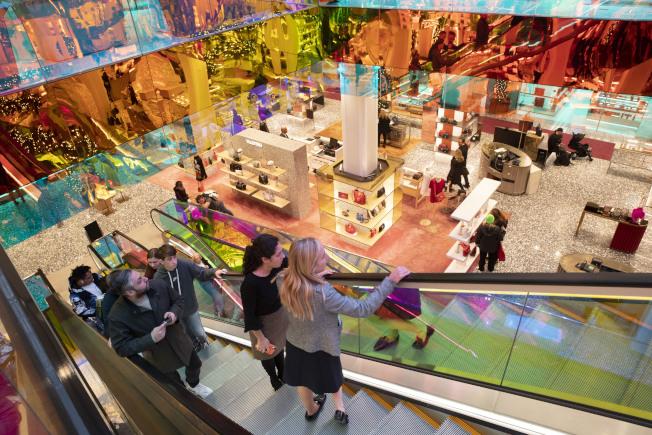 各地百貨商店仍是擠滿佳節購物消費人潮。圖為紐約市第五大道的Sakes名店。(美聯社)