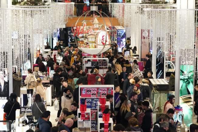 年底佳節購物季在感恩節過後正式開打,雖然網購盛行,但各地百貨商店仍是擠滿佳節購物消費人潮。圖為紐約市28日下午的梅西百貨公司已擠滿消費人潮。(Getty Images)