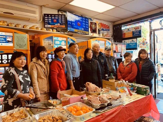 蒙特利公園市聯菁書局老闆古小姐(左三)連續20年在感恩節為客人提供免費大餐。(書局提供)