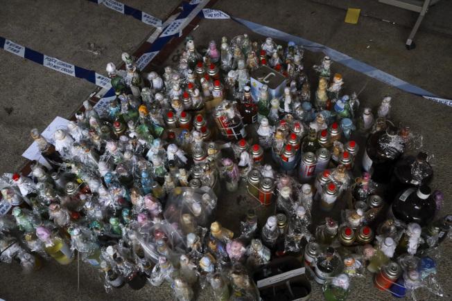 香港警方28日進入香港理工大學清查,找到3000多枚汽油彈,其中部分綁上壓縮燃料罐,並發現濃硫酸以及其他腐蝕性液體。(美聯社)