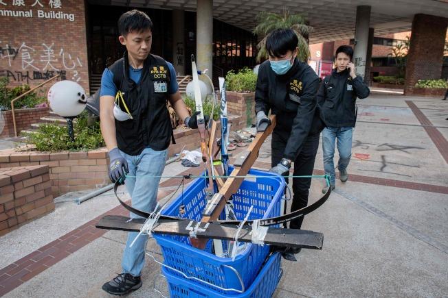 香港警隊28日清理香港理工大學校園,找到大批汽油彈及弓箭。(美聯社)