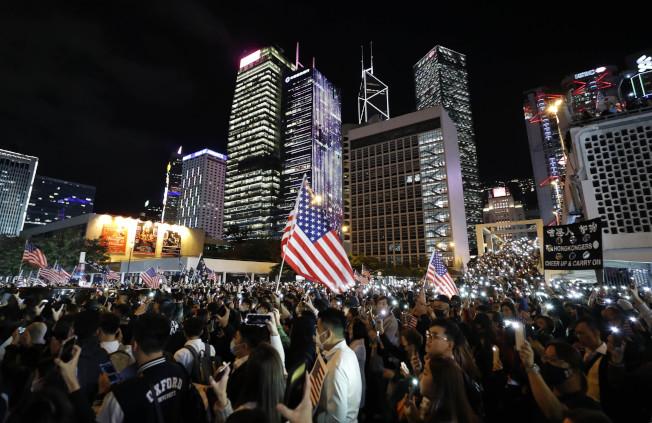 香港反送中示威者28日集會,感謝美國總統川普簽署法案。(Getty Images)