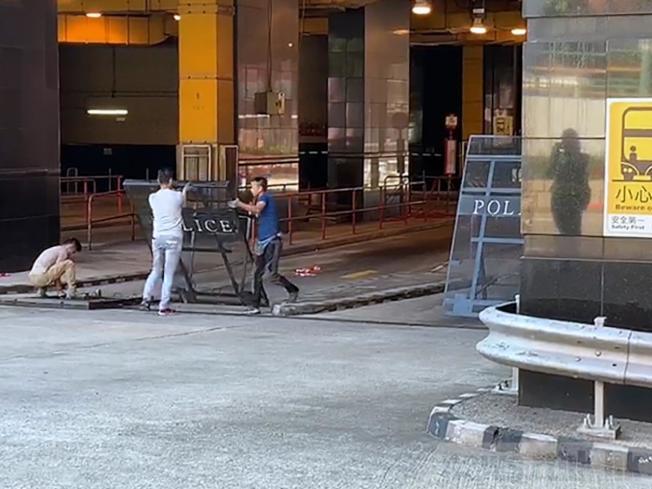 警方在理大外圍一帶拆除及運走鐵欄。(取材自香港電台)